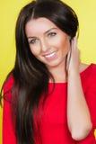 Женщина в красном платье на желтой предпосылке Стоковая Фотография