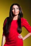 Женщина в красном платье на желтой предпосылке Стоковые Изображения RF