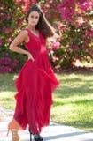 Женщина в красном платье снаружи Стоковые Изображения RF