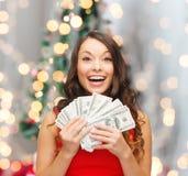Женщина в красном платье с деньгами доллара США Стоковые Изображения