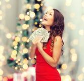 Женщина в красном платье с деньгами доллара США Стоковое Изображение