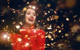 Женщина в красном свитере на черной предпосылке стоковая фотография