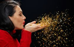 Женщина в красном свитере на черной предпосылке стоковые фотографии rf