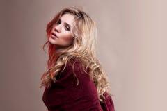 Женщина в красном шарфе Стоковое Изображение RF