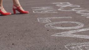 Женщина в красных ботинках на асфальте полюбить написать и бросать поднял видеоматериал
