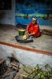 Женщина в красных одеждах в Таджикистане Стоковое Фото