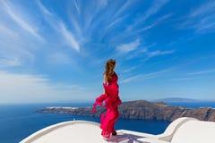 Женщина в красных платье и море Стоковые Фото