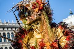 Женщина в красочном костюме на масленице Венеции 2018 Стоковое фото RF