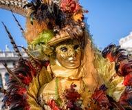 Женщина в красочном костюме на масленице Венеции 2018 Стоковые Фотографии RF