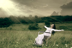 Женщина в кресло-коляске напольной Стоковые Фотографии RF