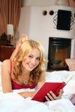 Женщина в кровати на дому Стоковая Фотография