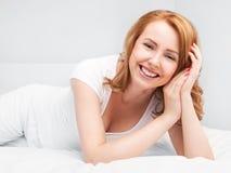 Женщина в кровати стоковая фотография rf