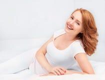 Женщина в кровати стоковые фотографии rf