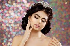 Женщина в кроне платья люкса, принцесса ферзя освещает предпосылку партии Стоковое фото RF