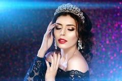 Женщина в кроне платья люкса, принцесса ферзя освещает предпосылку партии Стоковые Изображения RF