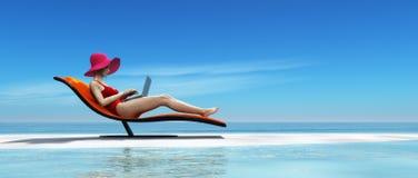 Женщина в купальнике используя компьтер-книжку Стоковое фото RF