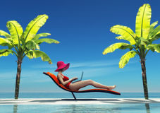 Женщина в купальнике используя компьтер-книжку Стоковые Фотографии RF