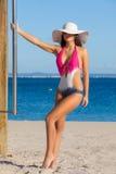 Женщина в купальнике на каникулах или летнем отпуске пляжа стоковое фото