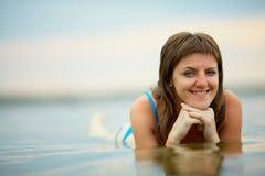 Женщина в купальном костюме в воде Стоковые Изображения