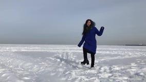 Женщина в куртке на зиме outdoors видеоматериал