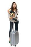Женщина в куртке стоя с мешком перемещения стоковое изображение rf