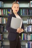 Женщина в куртке с папкой в руках Стоковое фото RF