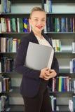 Женщина в куртке с папкой в руках Стоковые Изображения RF