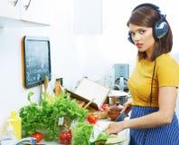 Женщина в кухне варя овощ Стоковое Фото