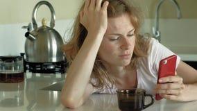 Женщина в кухне использует планшет, как раз проспала вверх Завтрак рано утром акции видеоматериалы