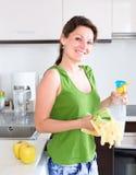Женщина в кухне с очищая набором Стоковые Фотографии RF
