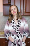Женщина в кухне Стоковые Фото