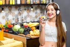 Женщина в кухне Стоковое Изображение RF