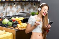 Женщина в кухне Стоковые Изображения
