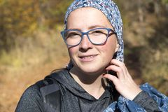 Женщина в лесе осени стоковое изображение rf