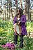 Женщина в лесе смотря к небу Стоковые Фото