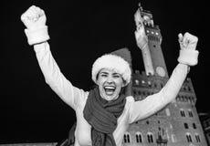 Женщина в ликовании шляпы рождества около Palazzo Vecchio, Флоренса стоковые изображения