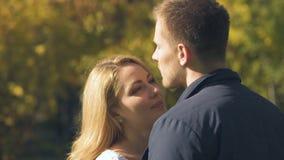 Женщина в любов смотря парня, счастливые отношения, доверие и веру акции видеоматериалы