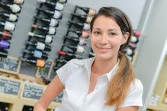 Женщина в магазине вина Стоковые Фотографии RF