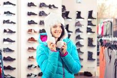 Женщина в магазине одежды стоковые изображения