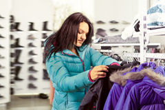 Женщина в магазине одежды Стоковые Изображения RF