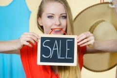 Женщина в магазине с знаком продажи стоковые фотографии rf