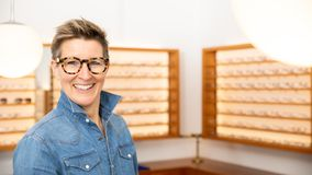 Женщина в магазине eyewear стоковые фотографии rf