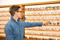 Женщина в магазине eyewear стоковые фото