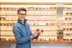 Женщина в магазине eyewear стоковое изображение