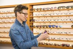 Женщина в магазине eyewear стоковое изображение rf