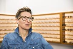 Женщина в магазине eyewear Стоковые Изображения RF