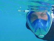 Женщина в маске в открытом море Snorkeling лицевой щиток гермошлема девушки полностью Стоковые Изображения