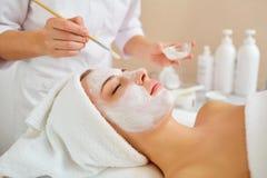 Женщина в маске на стороне в салоне красоты курорта стоковые фотографии rf