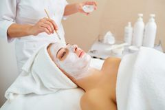 Женщина в маске на стороне в салоне красоты курорта стоковая фотография rf