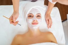 Женщина в маске на стороне в салоне красоты курорта стоковое изображение